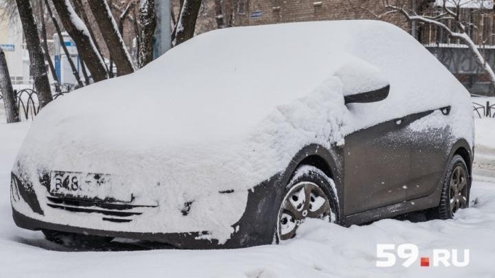Будет снежно: пермяков просят убрать автомобили с обочин дорог