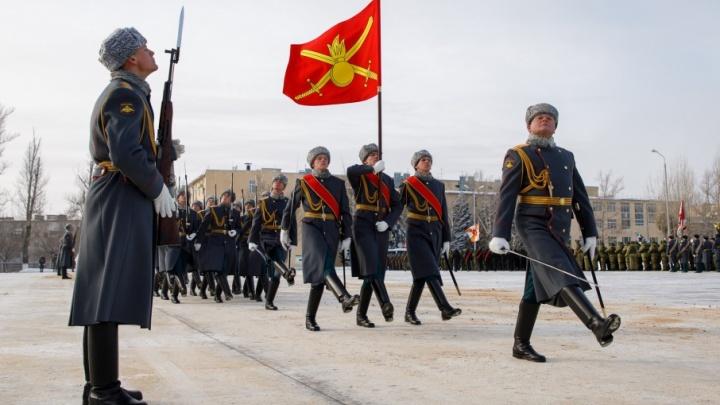 В тулупах и маскхалатах: участники парада в Волгограде примерили форму