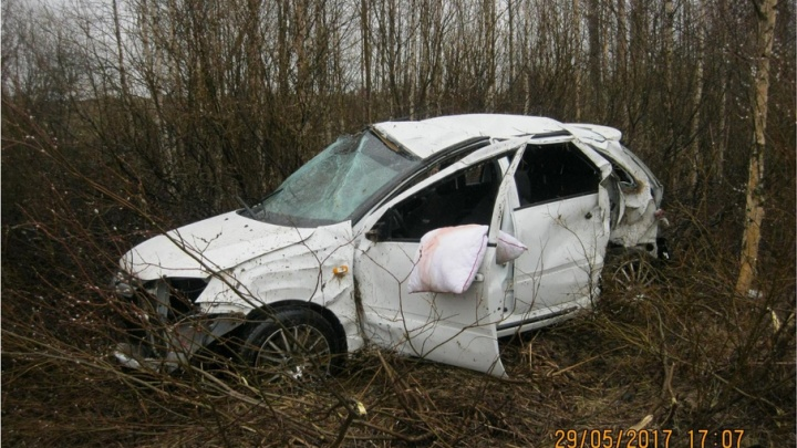 На М-8 «Лада» улетела в кювет, два человека пострадали