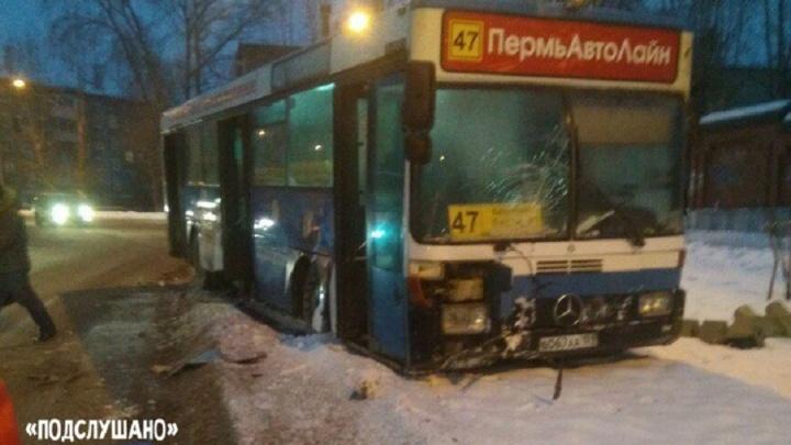 В Перми автобус врезался в светофор: пострадала пассажирка