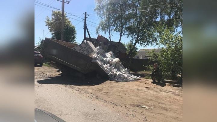 В Ярославле грузовик рассыпал белые кирпичи, провалившись в яму на дороге