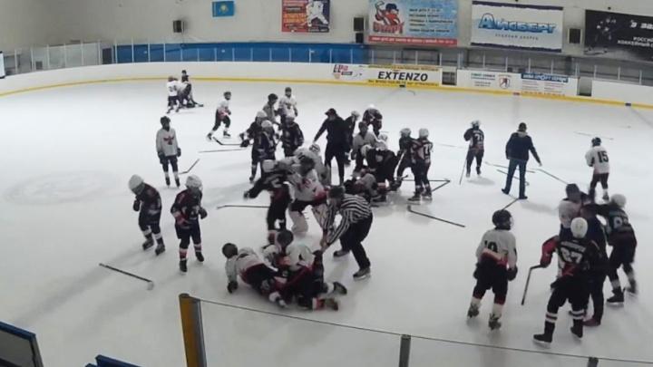 Под Челябинском матч между юными хоккеистами закончился массовой дракой