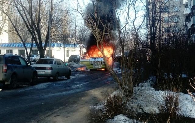 В Рыбинске сгорел на ходу уникальный микроавтобус: кадры