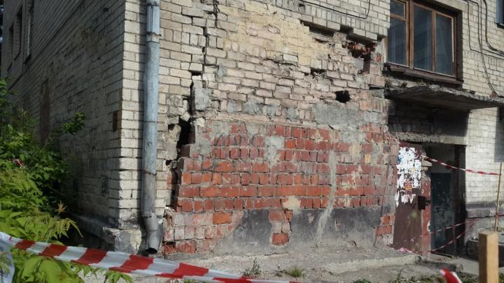 Дом в Челябинске остался без капремонта из-за разрушения несущей стены