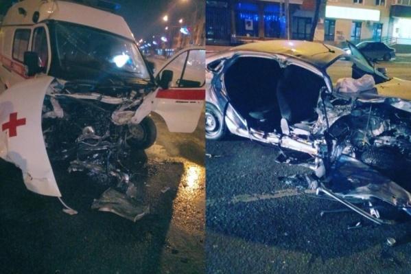 От удара обе машины превратились в груду железа