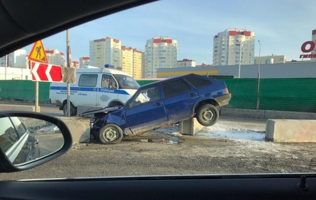 Пьяный тюменец устроил ДТП с полицейской машиной у торгового центра