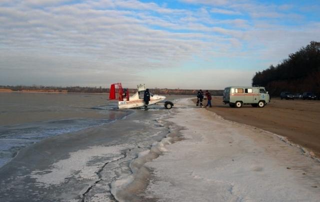 Под Тольятти спасатели эвакуировали с дрейфующей льдины 16 человек
