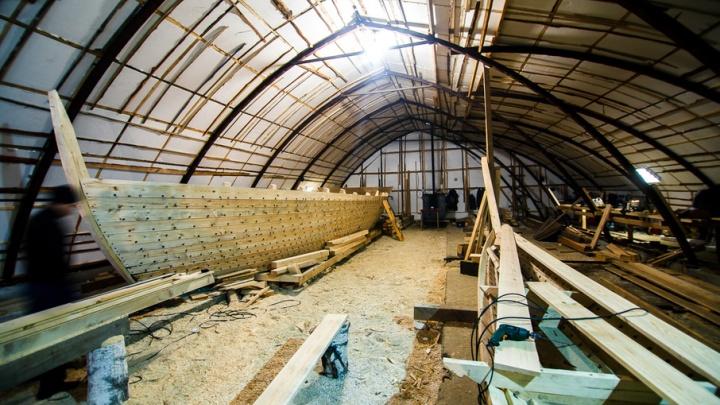 В Тобольск прибыла 15-метровая лодка, построенная в Тюмени специально для съёмок фильма «Тобол»
