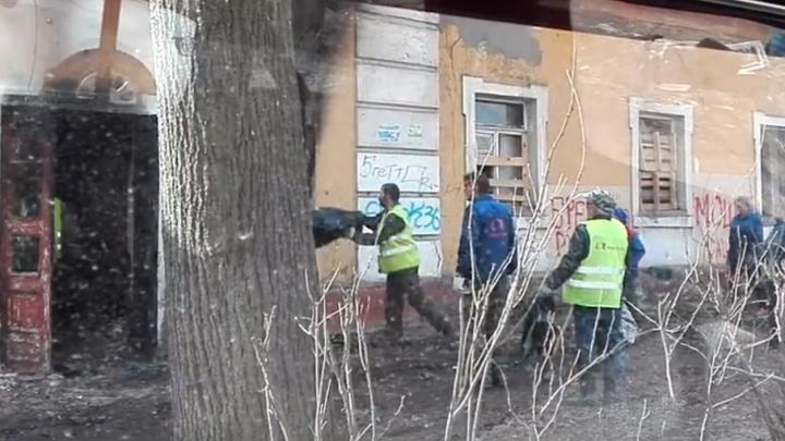 В Ленинском районе Ярославля коммунальщики закидали мусор в подъезд и окна дома