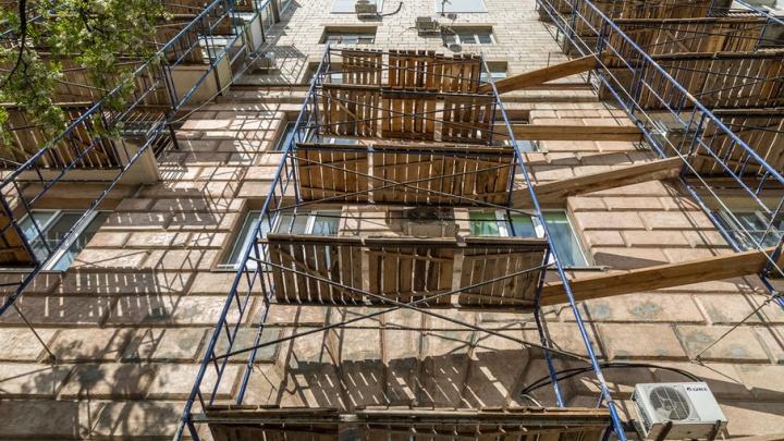 В Волгограде фасад музея ИЗО замазывают дешевым клеем