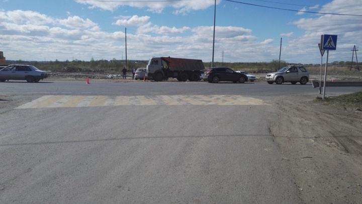 В Тюмени иномарку после ДТП откинуло в припаркованный КАМАЗ