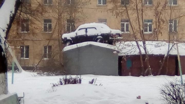 Я отомщу, отомщу красиво: ярославец закинул машину соседа на гараж