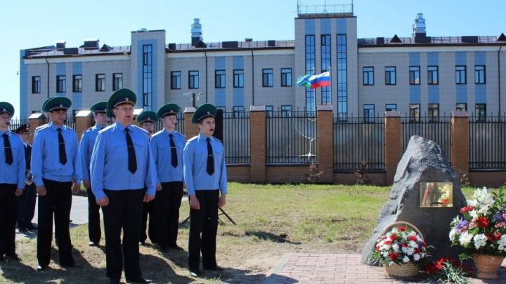 С цветами и песней: на месте будущего памятника на площади Профсоюзов открыли закладной камень