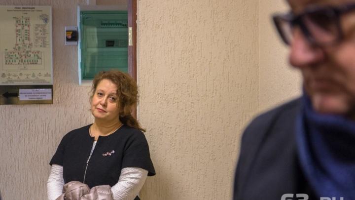 Директору гимназии № 1 суд разрешил выходить из дома