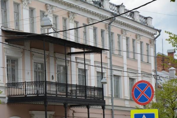 Долгое время в здании гостиницы находился департамент городского хозяйства