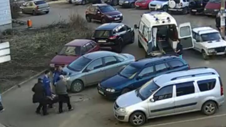 Припаркованные у подъезда машины заблокировали проход для врачей скорой с пациентом на руках