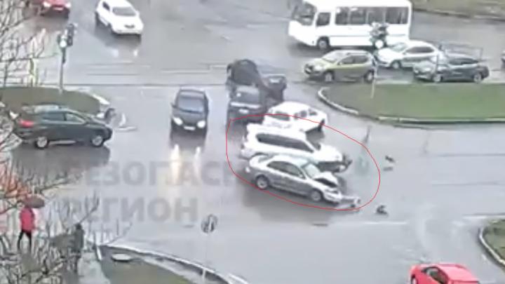 Нёсся на красный: в Брагино столкнулись легковушка и внедорожник