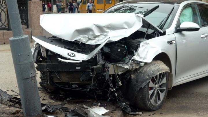В центре Волгограда столкнулись Pontiac и KIA, одна иномарка врезалась в столб
