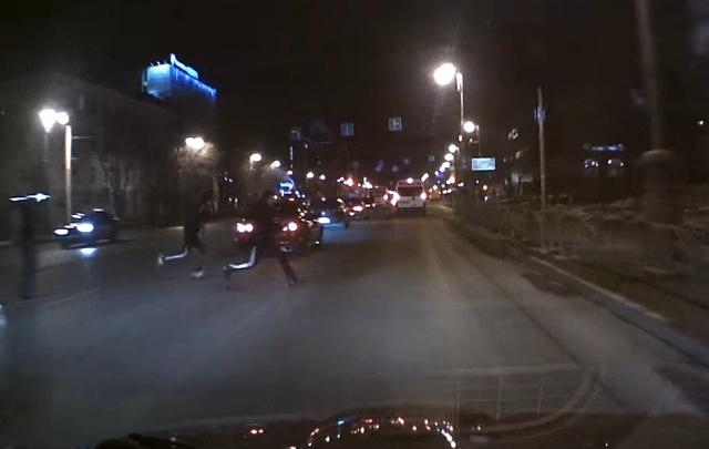 Тюменец, сбивший подростков на улице Республики, показал запись видеорегистратора