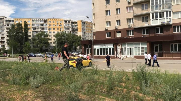 В Дзержинском районе внедорожник протаранил дом и повредил газопровод