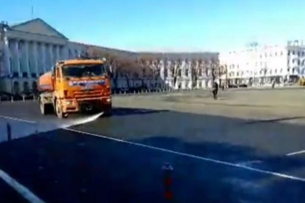 Машины освежили площадь и пикетчиков