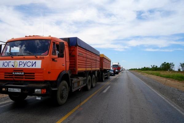 Транспорт движется по одной полосе