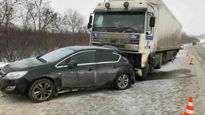 Прижал к отбойнику: два человека пострадали в ДТП с фурой и «Опелем» под Сызранью