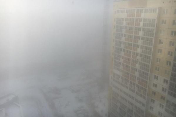 В микрорайоне «Академ Риверсайд» туман спустился на высотки около девяти утра