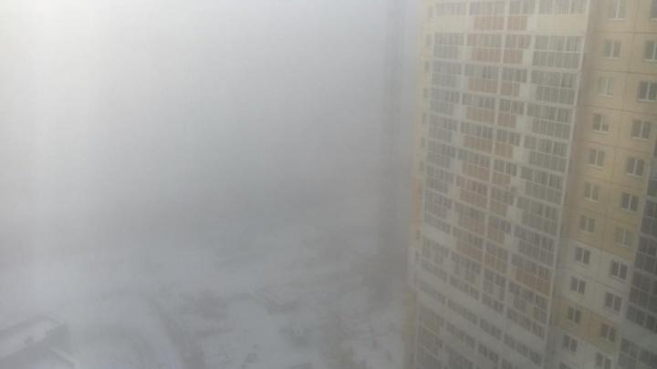 Воскресным утром Челябинск накрыл густой туман