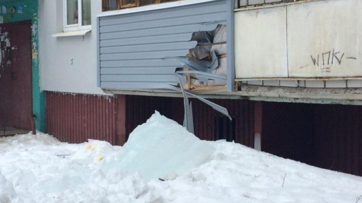 В Дзержинском районе ледяная глыба пробила дыру в балконе дома