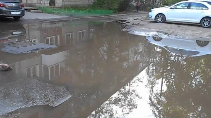 Фекалии затопили двор жилого дома в центре Архангельска
