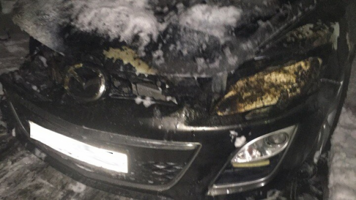 В Коряжме сегодня ночью сожгли «Мазду»