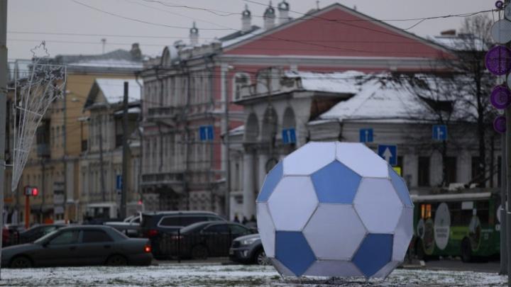 Мячи будут гореть: власти объяснили нестандартное украшение Красной площади