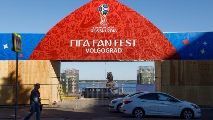 Заборы вокруг набережной Волгограда затянули плакатами чемпионата мира
