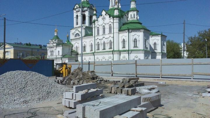 Скользкую плитку возле Тюменской филармонии заменят на гранитную брусчатку