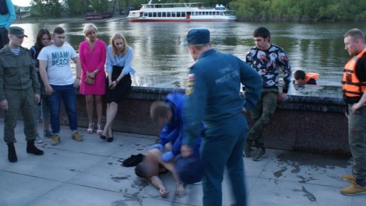 Прохожие спасли мужчину, спрыгнувшего с Моста влюбленных в реку