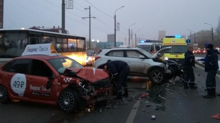 Таксиста, попавшего в аварию на Широтной, проверят на трезвость