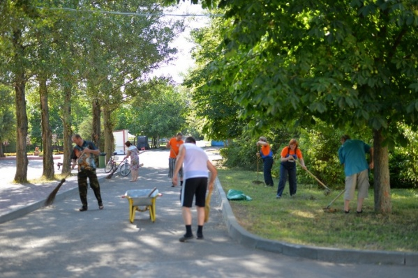 Помочь с уборкой улиц в разных районах города вышли около трех тысяч ростовчан