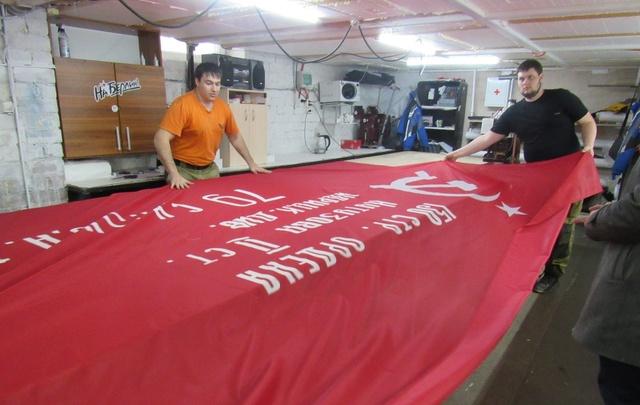 На тюменском Мосту влюблённых появится красный штурмовой флаг
