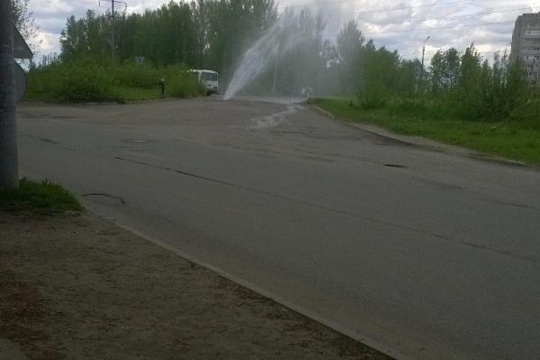 Водой заливает перекресток