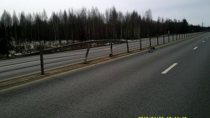 В Ярославской области «Хонда» протаранила 20 метров ограждения: есть пострадавший