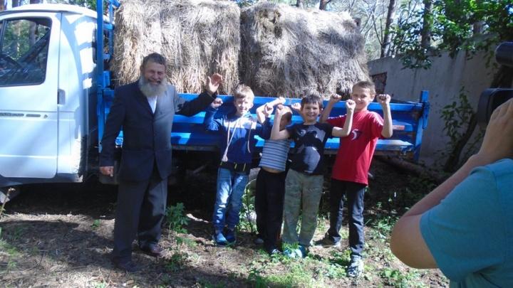 Прокуроры помогли казаку Афанасьеву и привезли его лошадям девять центнеров сена