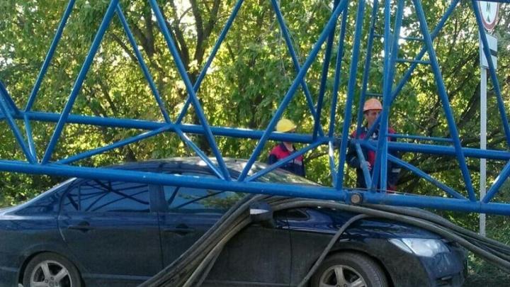 У совмещенного моста упал кран: стрела помяла припаркованную машину