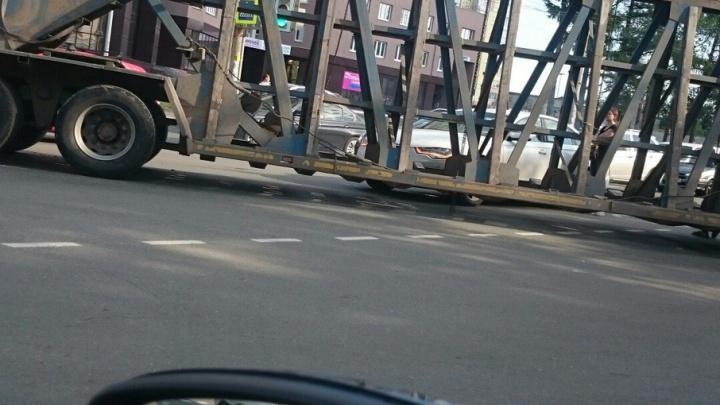 Дорога на АМЗ встала: панелевоз перекрыл четыре полосы