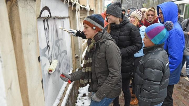 В Ярославле студентов отправили отчищать стены от граффити