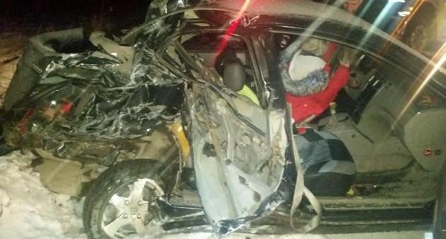 Под Берёзовским легковушка не пропустила грузовик: трое пострадавших