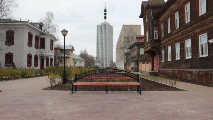 Архангельскому «Арбату» вернули отреставрированные скамейки и урны