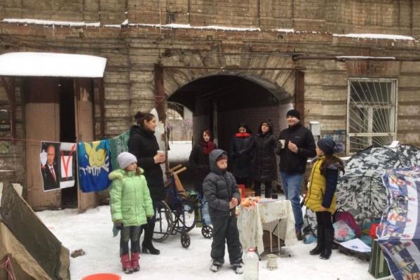 Ростовчане поставили палатки и накрыли стол прямо на улице