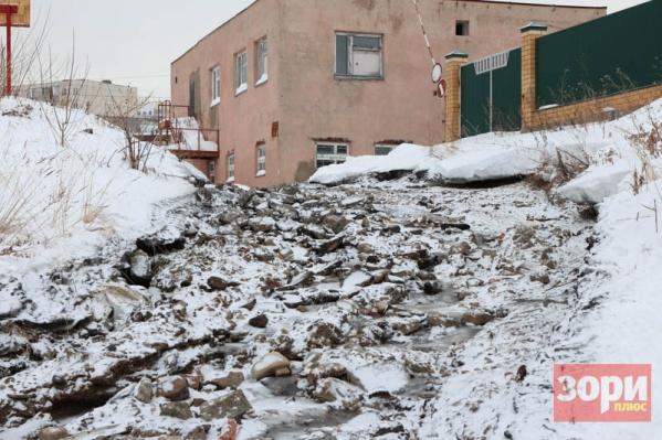 Сточные воды потекли из канализационной станции к реке