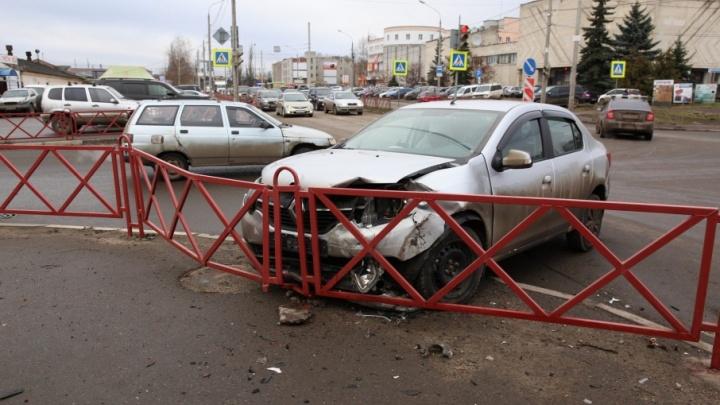 В Ярославле иномарка на перекрестке влетела в забор